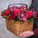 Корзина с розами, альстромериями и орхидеями