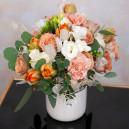 Цветочная композиция с розами, гвоздиками и тюльпанами
