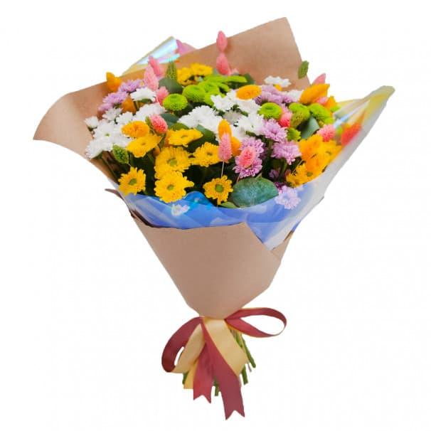 Букет цветов с хризантемами и эвкалиптом