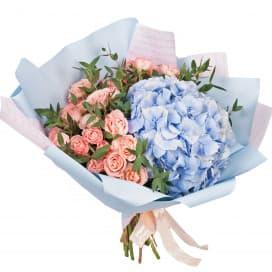 Букет с гортензией и кустовой розой