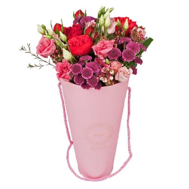 Розовый кулек с цветами