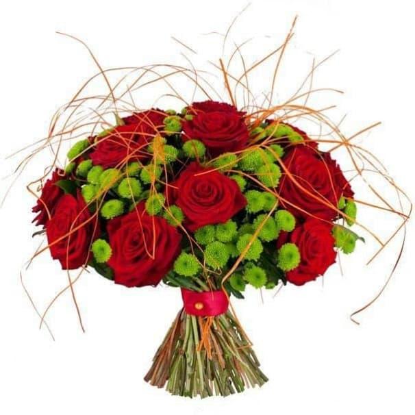 Букет из красных роз и хризантем в стиле кантри №191