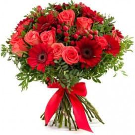 Красный букет цветов из гербер и роз №168