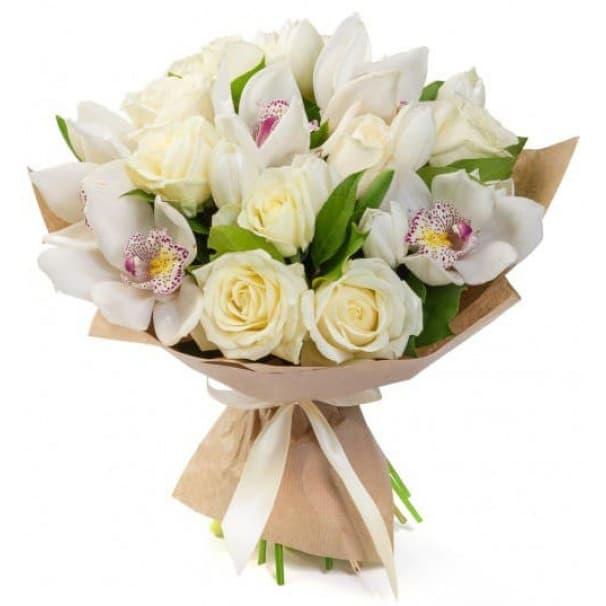 Букет из орхидей, тюльпанов, эквадорских роз и рускуса, в крафтовой бумаге №156