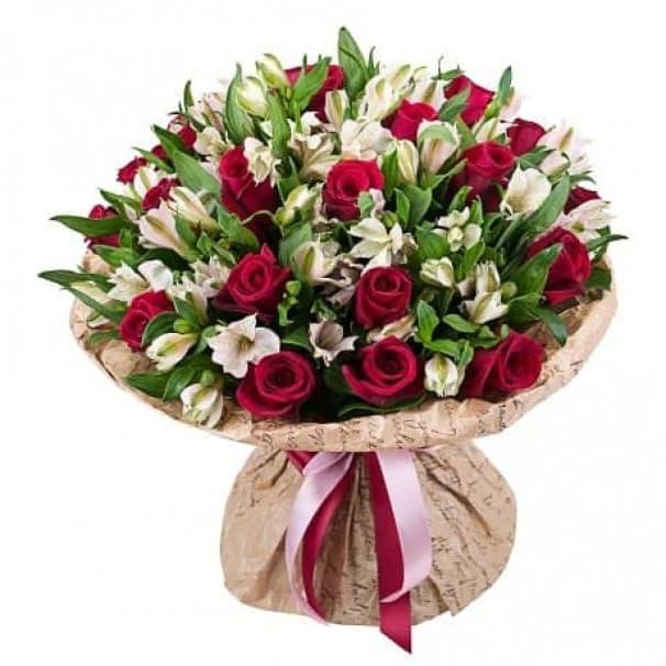 Букет из красных роз и белой альстромерии №110