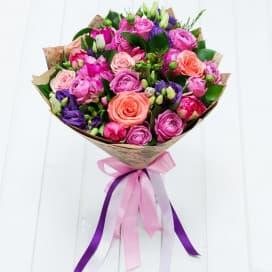 Букет №112 из розовых и коралловых роз, тюльпанов, эустом
