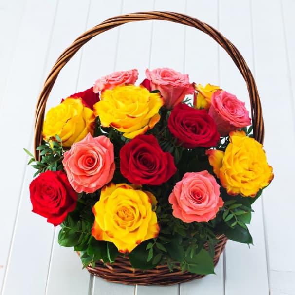 Корзина №15 из розовых, красных и желтых роз