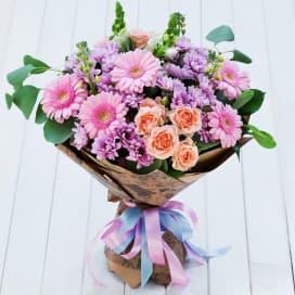Букет цветов №331 из розовых гербер, коралловых роз