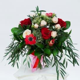 Букет №211 из розовых и красных роз, анемонов