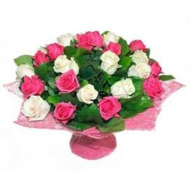 Нежный букет и из белых и розовых роз, упакованный в абаку №152