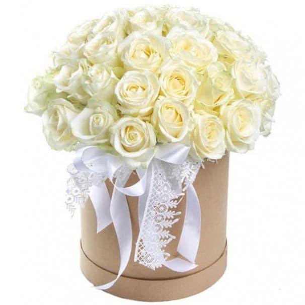 Нежный букет №11 из 35 белых эквадорских роз в шляпной коробке