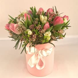 Букет цветов из тюльпанов в шляпной коробке №704