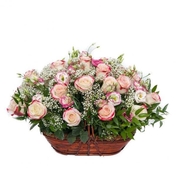 Корзина №27 с чайно-гибридной розой, лизиантусами, гипсофилами и рускусами