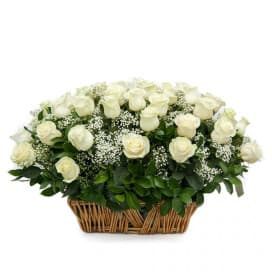 Корзина №28 с розами Мондиаль, гипсофилами, рускусами