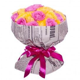 Букет №252 из розовых и желтых роз в крафт-бумаге