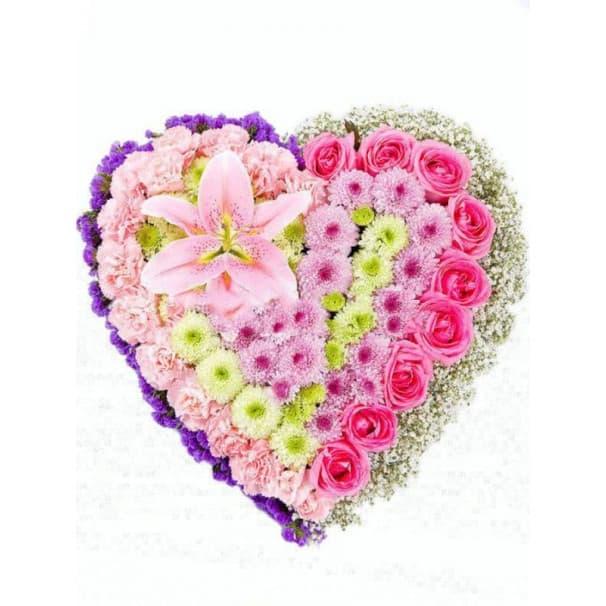 Букет №66 в виде сердца из гвоздик, лилий, роз