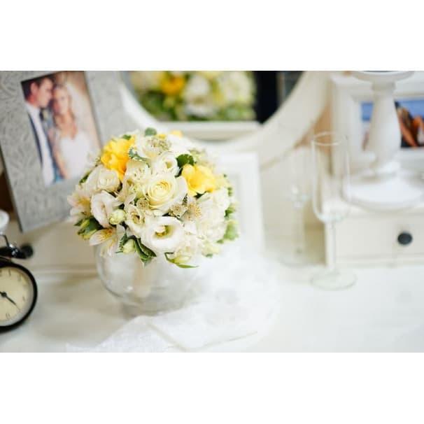 Свадебный букет СВ123 из белых роз, эустом, альстромерий