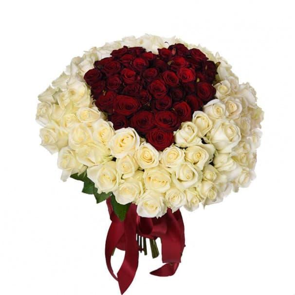 Букет №81 в виде сердца из красных и белых роз
