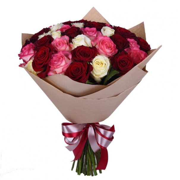 Букет №80 - 31 красная, белая и розовая роза в крафтовой бумаге